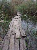 Puente putrefacto sobre el lago imagenes de archivo