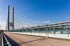 Puente que atraviesa la cañería de río Imagenes de archivo