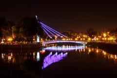 Puente que brilla intensamente en el río Imagen de archivo
