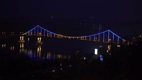 Puente que brilla intensamente en la noche almacen de metraje de vídeo