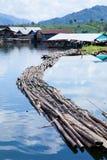 Puente que cae en el agua. Imagen de archivo libre de regalías