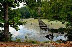 Puente que camina delapidated abandonado viejo fotografía de archivo