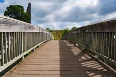 Puente que camina en el castillo del ajuste fotografía de archivo libre de regalías