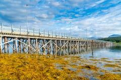 Puente que conecta las islas de Hakoya y de Kvaloya, Noruega de Hakoybrua foto de archivo libre de regalías