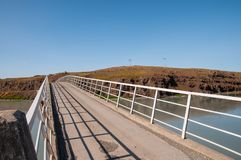 Puente que cruza el río de Hvita en Islandia Imágenes de archivo libres de regalías
