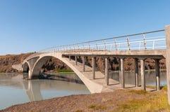 Puente que cruza el río de Hvita en Islandia Imagenes de archivo