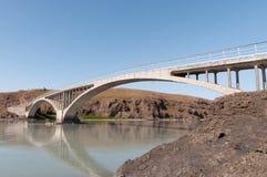 Puente que cruza el río de Hvita en Islandia Fotografía de archivo libre de regalías