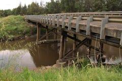 Puente que cruza sobre un río fotos de archivo