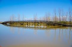 Puente quebrado en lado del lago Fotos de archivo libres de regalías