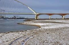 Puente, río y playa de la ciudad en invierno fotografía de archivo libre de regalías
