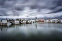 Puente árabe en la ciudad vieja Antes de tormenta Tavira, Portugal Fotografía de archivo