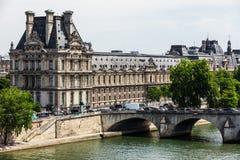 Puente real del Louvre Museum Musee du Louvre y de Pont París, franco Imagenes de archivo