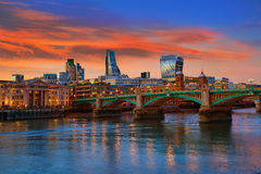 Puente Reino Unido de Southwark de la puesta del sol del horizonte de Londres Imagenes de archivo
