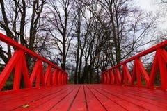 Puente rojo, cruzando el parque, tallin Foto de archivo