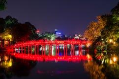 Puente rojo de Huc en el lago Hoan Kiem, Hanoi Lago del ` del significado del lago Hoan Kiem del ` vuelto de la espada La gente p imagen de archivo libre de regalías