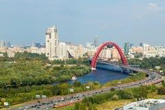 Puente rojo del arco en Moscú, Rusia Imágenes de archivo libres de regalías