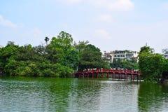 Puente rojo en el lago Hoan Kiem, ha de Noi, Vietnam Foto de archivo libre de regalías
