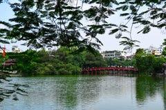 Puente rojo en el lago Hoan Kiem, ha de Noi, Vietnam Fotos de archivo libres de regalías