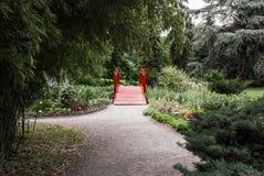 Puente rojo en jardín imágenes de archivo libres de regalías