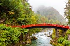 Puente rojo japonés típico en Nikko Fotos de archivo libres de regalías