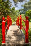 Puente rojo. Los jardines japoneses del perno prisionero nacional irlandés.  Kildare. Irlanda Fotografía de archivo libre de regalías