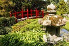 Puente rojo. Los jardines japoneses del perno prisionero nacional irlandés.  Kildare. Irlanda Foto de archivo