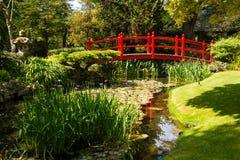 Puente rojo. Los jardines japoneses del perno prisionero nacional irlandés.  Kildare. Irlanda Fotos de archivo libres de regalías