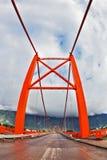Puente rojo sobre el fiordo. La imagen fue tomada la lente de Fisheye Imagenes de archivo