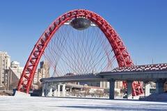 Puente rojo sobre el río congelado de Moskva Imágenes de archivo libres de regalías