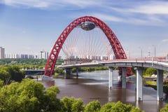 Puente rojo sobre el río de Moskva, Moscú Foto de archivo libre de regalías