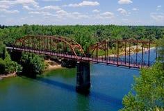 Puente rojo viejo sobre el río americano Imágenes de archivo libres de regalías
