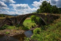 Puente romano cerca de la presa de Batak, Bulgaria foto de archivo