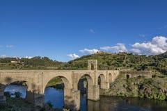 Puente romano de Alcantara en España imagenes de archivo