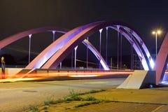Puente rosado del camino en la noche Imagenes de archivo
