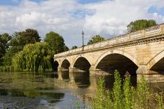 Puente serpentino en Hyde Park Foto de archivo libre de regalías