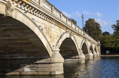 Puente serpentino en Hyde Park Fotos de archivo libres de regalías