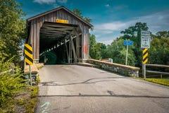Puente sin pintar el condado de Lancaster del molino de Hunsecker Foto de archivo