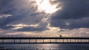 Puente sobre bahía en Mont Saint Michel, Francia Fotografía de archivo libre de regalías