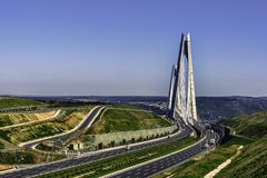 Puente sobre Bosphorus debajo de los cielos azules claros Fotografía de archivo