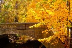 Puente sobre el agua imágenes de archivo libres de regalías
