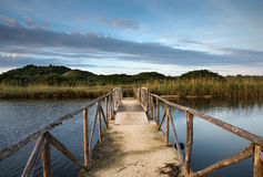 Puente sobre el agua, Apulia - Italia Fotografía de archivo