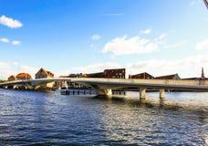 Puente sobre el agua con el cielo azul Imagenes de archivo