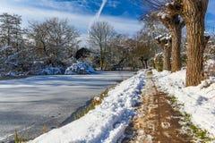 Puente sobre el agua congelada Foto de archivo libre de regalías