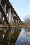 Puente sobre el agua de Missouri Fotos de archivo libres de regalías