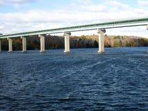Puente sobre el agua de superficie grande Foto de archivo libre de regalías