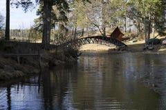 Puente sobre el agua en Suecia Fotos de archivo libres de regalías
