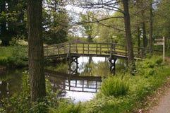Puente sobre el agua inmóvil Imagen de archivo libre de regalías