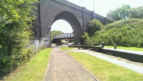 Puente sobre el agua preocupada foto de archivo