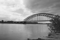 Puente sobre el agua preocupada Foto de archivo libre de regalías