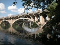 Puente sobre el agua tranquila fotografía de archivo libre de regalías